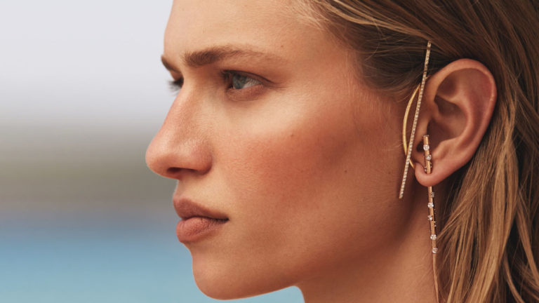 The needle is not for sewing: the mono-transformer earring from the new Nomis collection The young jewelry brand of conceptual jewelry has renewed the format of its flagship product.  Needle Earrings can now be crafted from different items and stones.